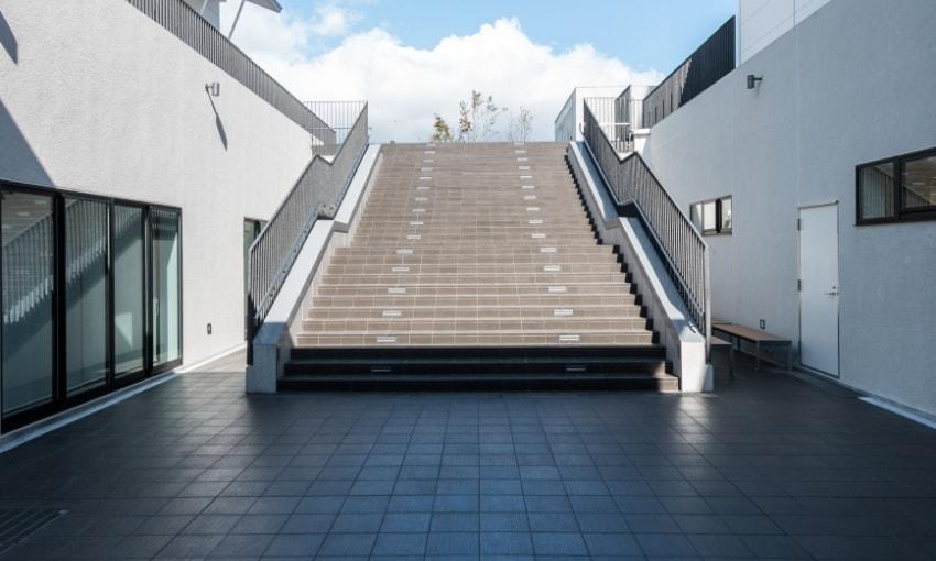 写真:中庭へと続く階段