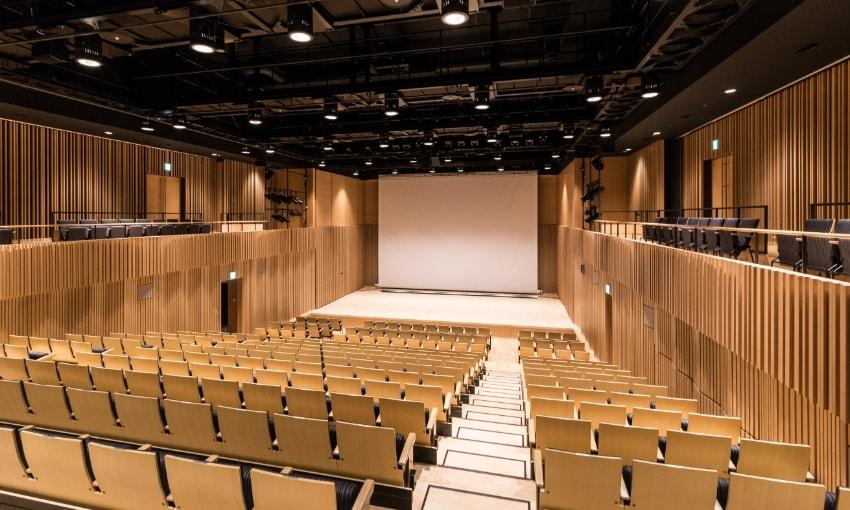 写真:小ホール客席後方から見たステージの眺め