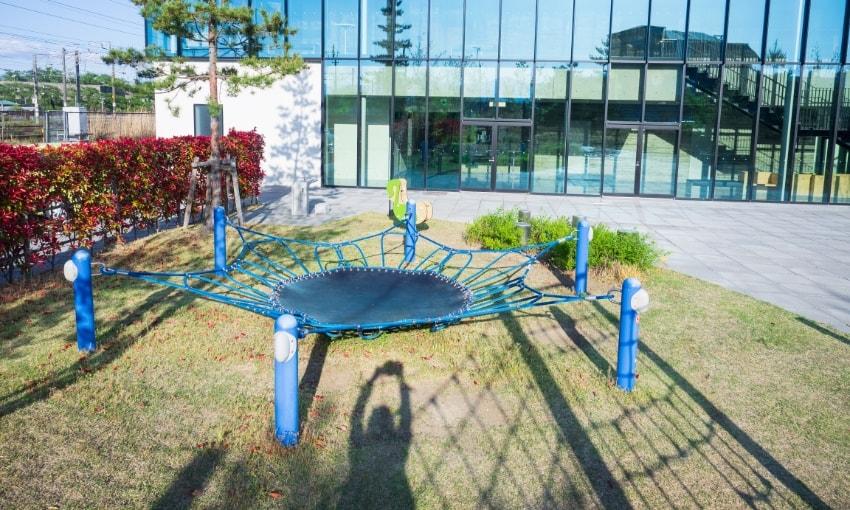 写真:こども広場に設置されているトランポリン